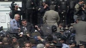 Konfrontime te dhunshme mes deputeteve socialiste dhe forcave speciale jashte salles se KQZ-se Balla-protesta-300x168