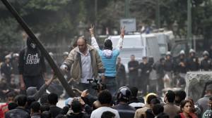 Policia përleshet me demonstruesit në Kajro