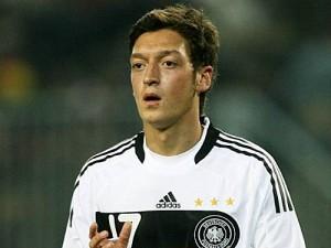 Mesfushori i Real Madridit, Mesut Oezil, është shpallur futbollisti më i mirë gjerman nga tifozët, në një sondazh të Federatës Gjermane të Futbollit.  24-vjeçari, i cili e fitoi të njëjtin titull edhe vitin e kaluar, ka fituar 32.5 për qind të votave.