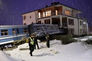 Pastruesja rrëmben trenin, përplaset në një shtëpi