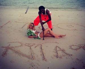 Rita Ora, në plazh me Snoop Dogg