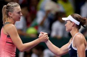 Maria Sharapova vazhdon, Samantha Stosur eliminohet