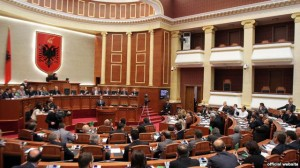 Mandatet e deputetëve ndezin debatin