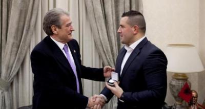 Një pasaportë shqiptare për Nuri Seferin