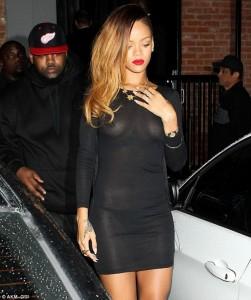 Rihanna nxjerr gjoksin në shesh