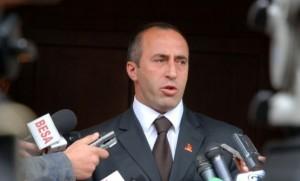 """Nuk don të jetë në vartësi të kryeministri Hashim Thaçi, por vetëm në vend të tij, ka deklaruar sot në Malishevë, Ramush Haradinaj. """"Unë e kam dhënë një ofertë për me udhëheq qeverinë dhe asnjë plan tjetër, përveç se për ta ndryshuar. Në rast se do të bëhet kjo, dhe unë besoj se shumë shpejt do të ndodhë. Por, në rast se jo, atëherë ne do të vazhdojmë me përgatitjet dhe do të presim zgjedhjet e përgjithshme"""", tha Haradinaj. Në fakt kjo mund të kuptohet edhe si kërcënim për PDK-në, sepse në rast të përplasjes me AAK-në, shumë shpejt me një unitet, opozita mund ta kërcënojë seriozisht shumicën dhe vendin ta çojë në zgjedhje të parakohshme. Në disa deklarime përfshirë një intervistë për gazetën tonë, Haradinaj ka pohuar se së shpejti do të jetë Kryeministër, duke e përcaktuar si kohë fillimin e vitit, ndërsa bisedimet do të vazhdonin pas gjysmës së janarit. E mbështetja më e madhe e AAK-së, shumicës i duhet veçanërisht për mbështetjen e bisedimeve dhe të marrëveshjeve që mund ti arrijë me Serbinë në Bruksel. BS"""