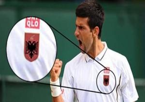 Novak Gjokoviç mban në bluzë flamurin shqiptar