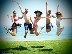 """Tylor Swift, feston një ditë me """"të dyja"""" familjet"""