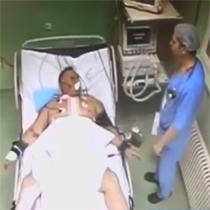 Kur mjeku nervozohet dhe godet me grushta pacientin