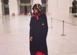 Nora Istrefi mbulohet për të vizituar xhaminë