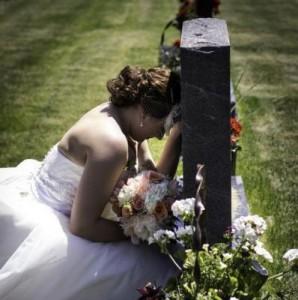 Nusja vajton në varrin e të atit