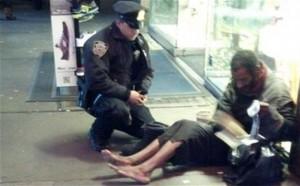 Polici i dhuron çizme të reja një të pastrehi