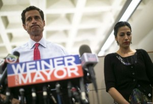 Anthony Weiner pranon mesazhet seksuale, por mbetet në garë