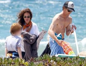 Julia Roberts me rroba të gjata në plazh