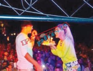Tuna surprizon të dashurin gjatë koncertit, tortë ditëlindjeje në skenë