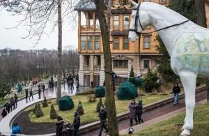 Protestuesit kanë marrë rezidencën presidenciale të Ukrainës pas largrimit të Viktor Yanukovych nga Kievi.   Protestuesit, qytetarët dhe gazetarët kanë hyrë dhe kanë përcjellur këto foto.    Rezidenca presidenciale e Ukrainës gjendet në periferi të Kievit.
