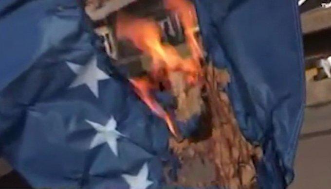 Zyrtari serb djeg flamurin e Kosovës