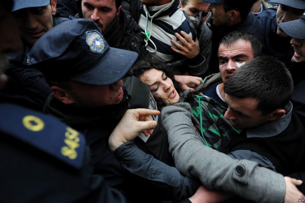 Përplasje sërish ndërmjet protestuesve dhe policisë