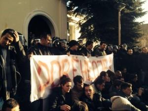 Studentat edhe sot protestë kundër rektorit