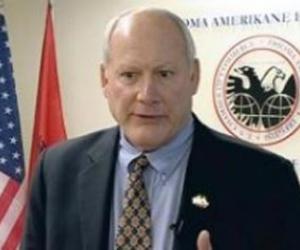 Mark Crawford: Taksoni hashashin në Shqipëri, që të luftoni luftën kundër trafikut