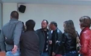 Korçë: I akuzuari për transport tritoli i bie murit me kokë në gjykatë