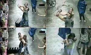 Kalimtarët shpëtojnë fëmijën që bie nga dritarja