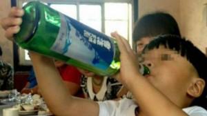 Dy vjeçari që preferon alkoolin në vend të qumështit