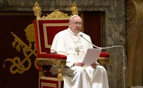 Papa Françesku largoi peshkopin që promovoi të dyshuarin për pedofili