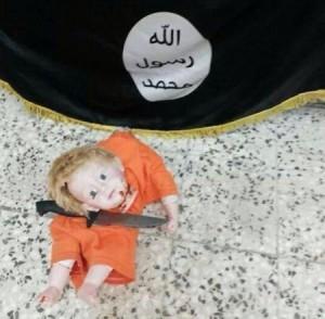 Tronditëse, një fëmijë i maskuar pret kokën e kukullës në emër të Xhihadit
