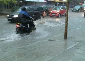 Përmbytje masive, evakuime në Fier e Vlorë